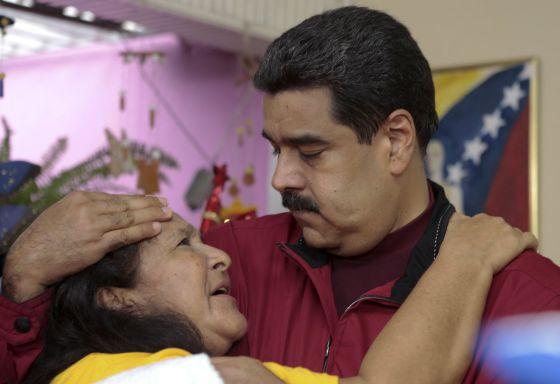 Maduro e uma simpatizante em Cumaná (Venezuela) HANDOUT PALACIO DE MIRAFLORES (REUTERS)