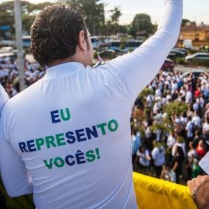 29jun2013---deputado-marco-feliciano-psc-pastor-e-presidente-da-comissao-de-direitos-humanos-da-camara-veste-camiseta-com-a-frase-eu-represento-voces-na-21-edicao-da-marcha-para-jesus-